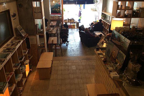 KAIDO books&coffee (カイドブックスアンドコーヒー)1F 店内奥から入口を撮影