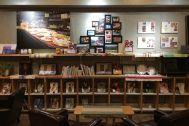 KAIDO books&coffee (カイドブックスアンドコーヒー):1F 壁の展示物は季節ごとに変更
