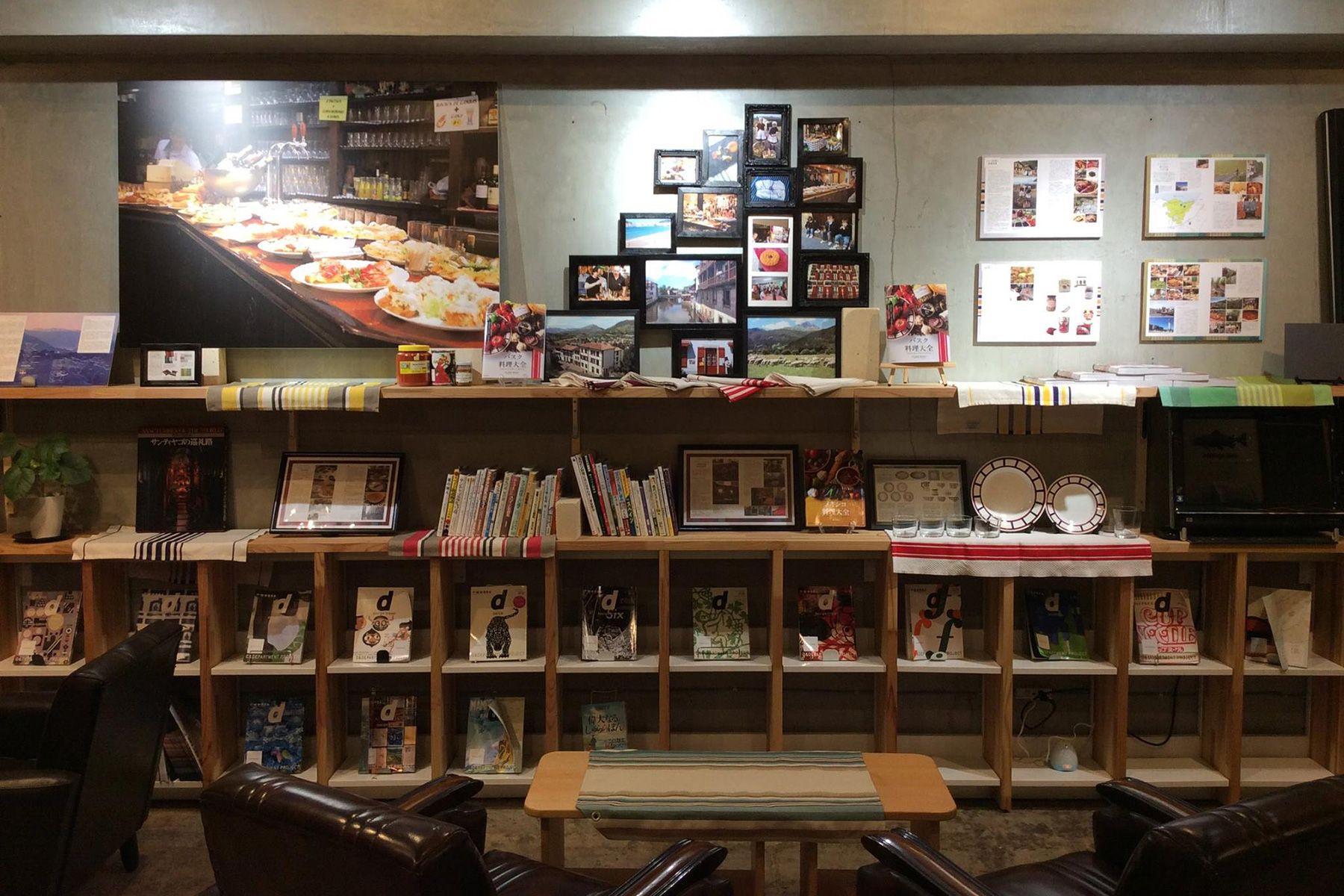 KAIDO books&coffee (カイドブックスアンドコーヒー)1F 壁の展示物は季節ごとに変更