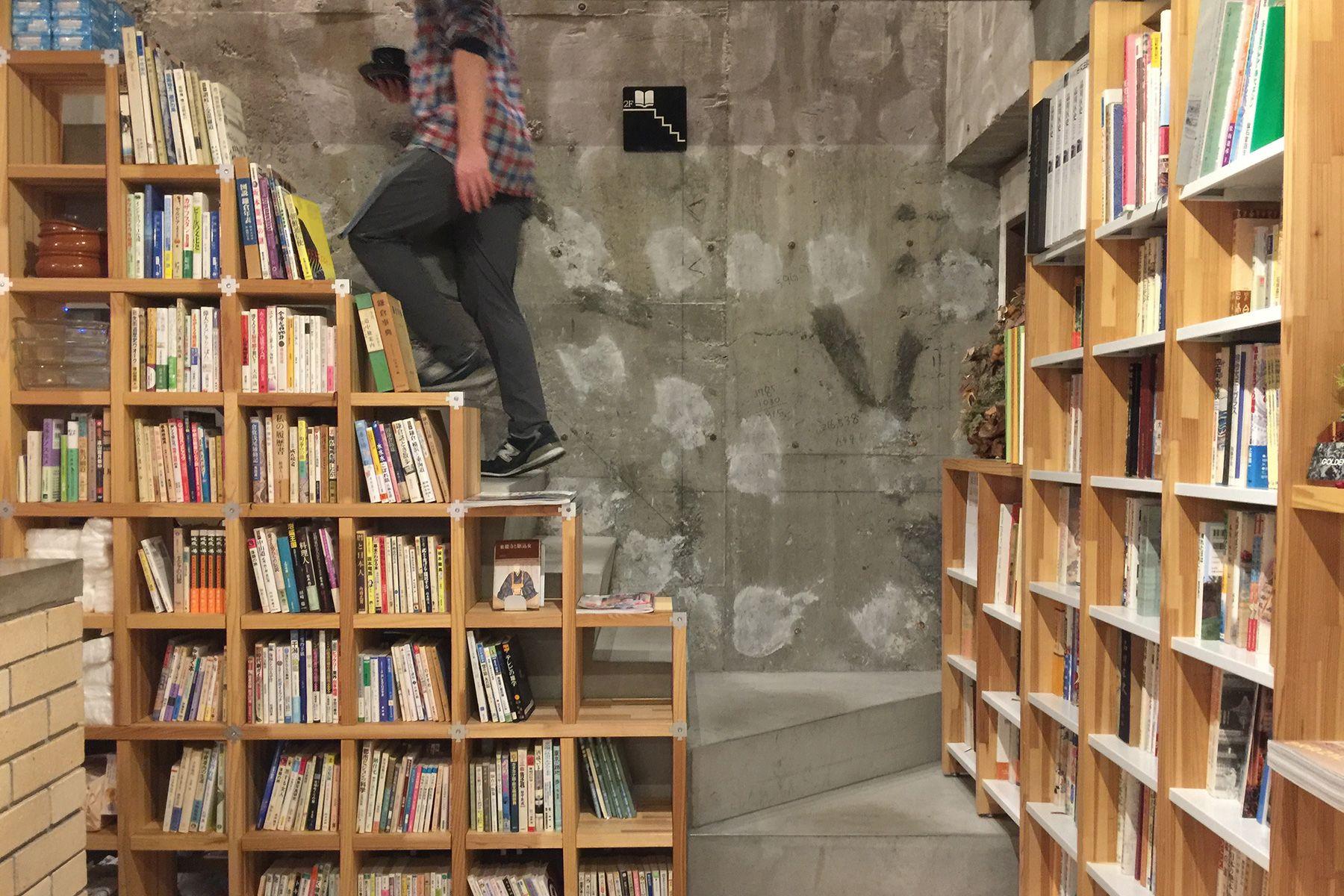 KAIDO books&coffee (カイドブックスアンドコーヒー)1F 店内奥の階段