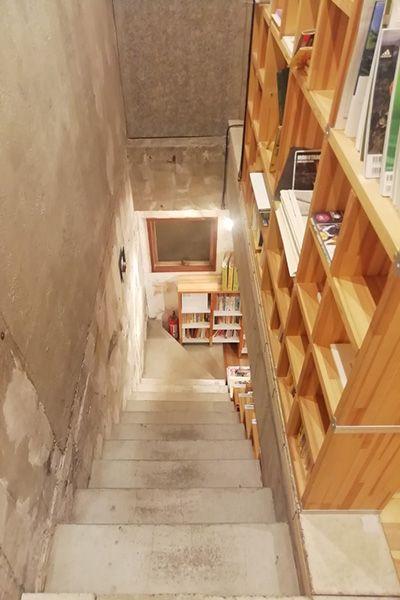KAIDO books&coffee (カイドブックスアンドコーヒー)階段 2Fから1Fへ