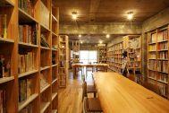 KAIDO books&coffee (カイドブックスアンドコーヒー):2F テーブルなどは移動可