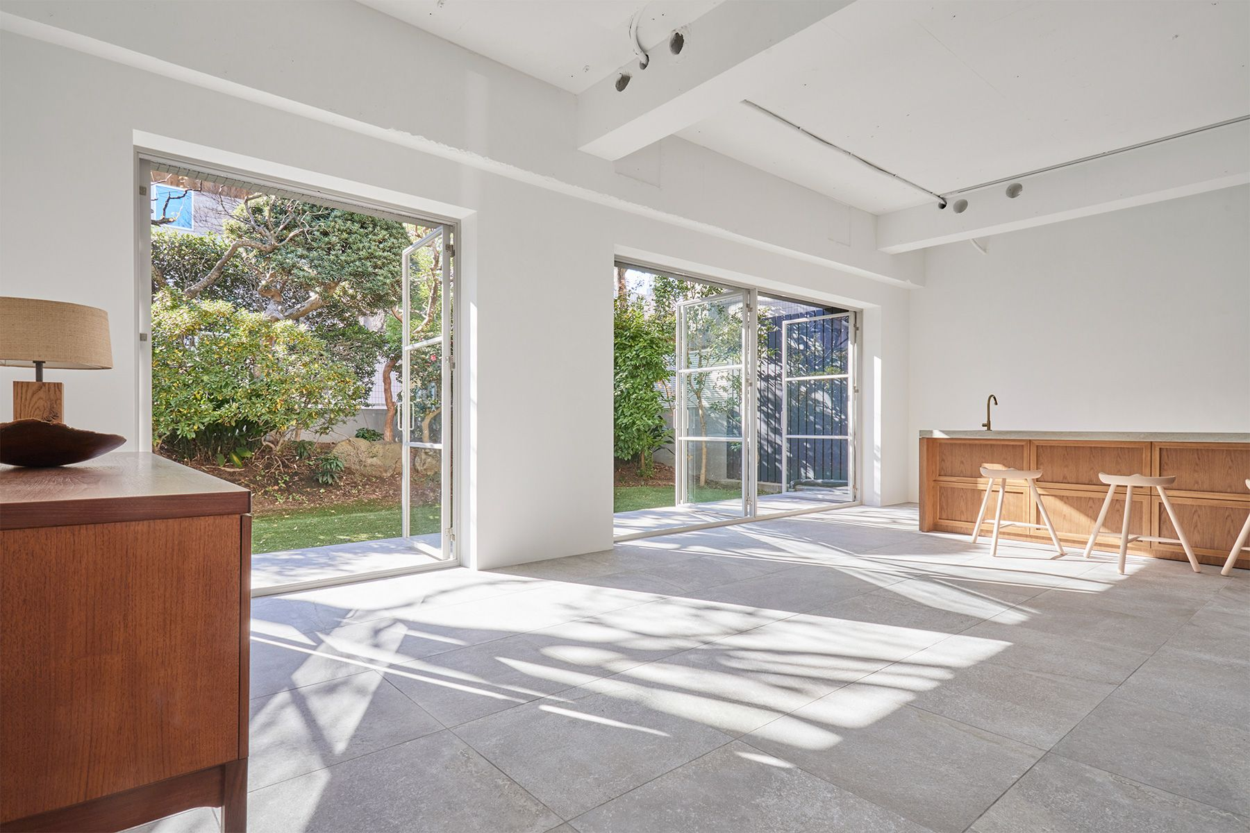 Haku Studio / THE HOUSE (ハクスタジオ)開放的な外へと繋がる床