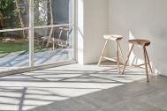 Haku Studio / THE HOUSE (ハクスタジオ):床と白壁