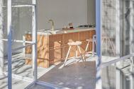 Haku Studio / THE HOUSE (ハクスタジオ):庭から見る室内