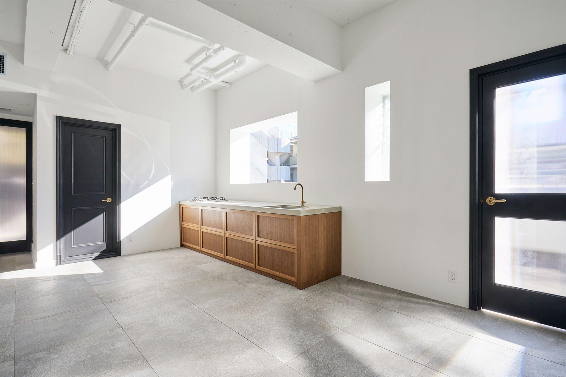 Haku Studio / THE HOUSE (ハクスタジオ)窓とキッチン(移動式モック)