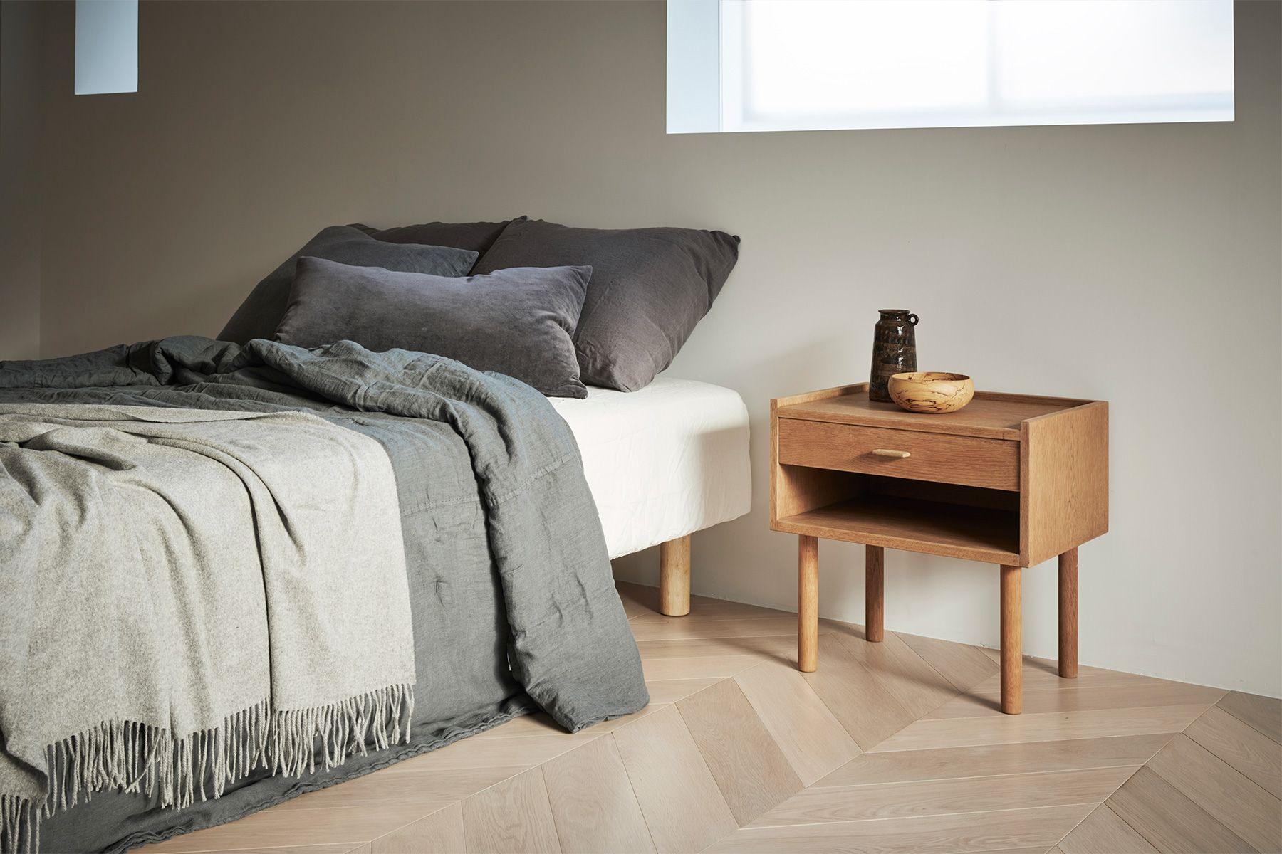 Haku Studio / THE HOUSE (ハクスタジオ)ベッドとサイドテーブル