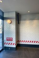 MUSTARD™️ HOTEL SHIBUYA (マスタードホテル シブヤ):エントランス壁面はPOP