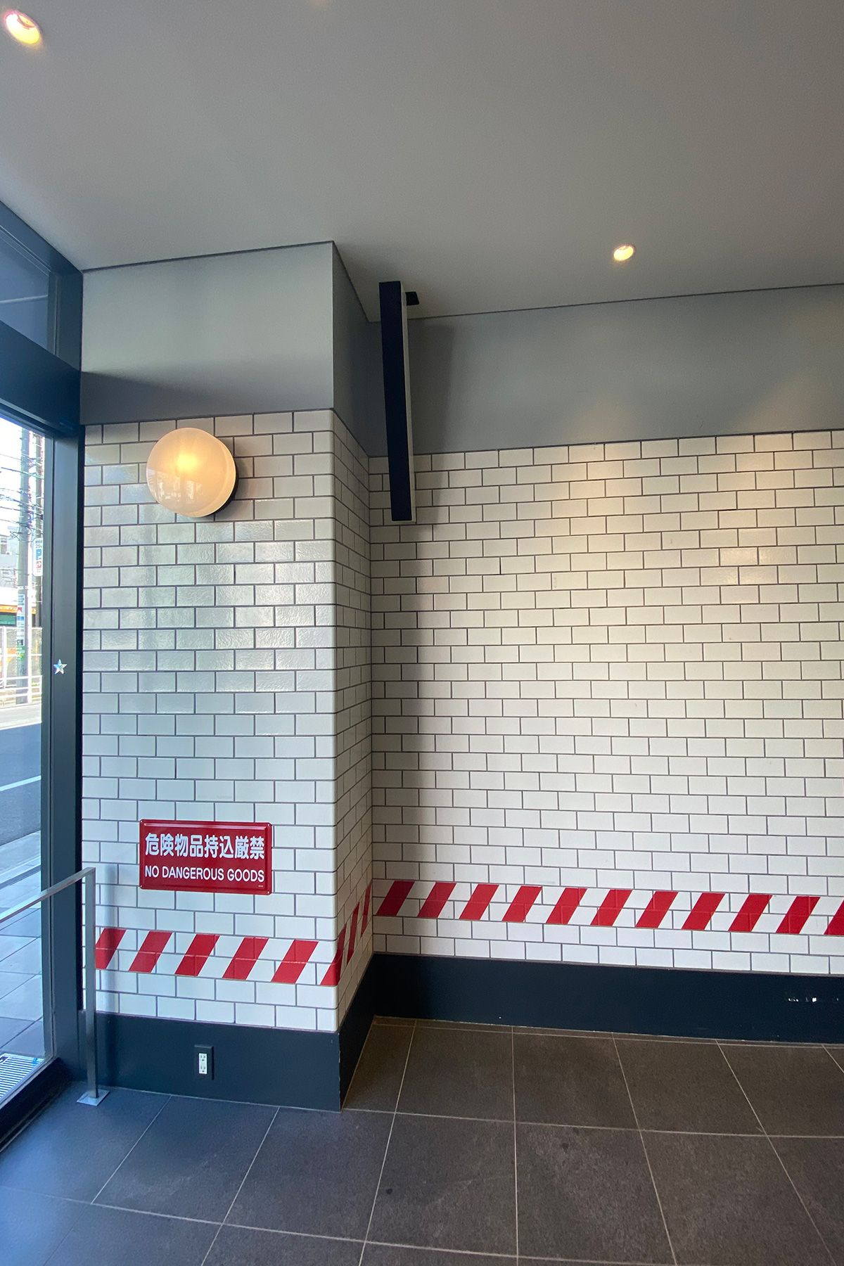 MUSTARD™️ HOTEL SHIBUYA (マスタードホテル シブヤ)エントランス壁面はPOP