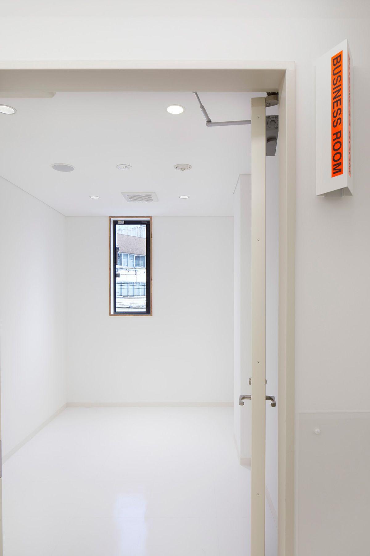 MUSTARD™️ HOTEL SHIBUYA (マスタードホテル シブヤ)客室階 蛍光色のサイン