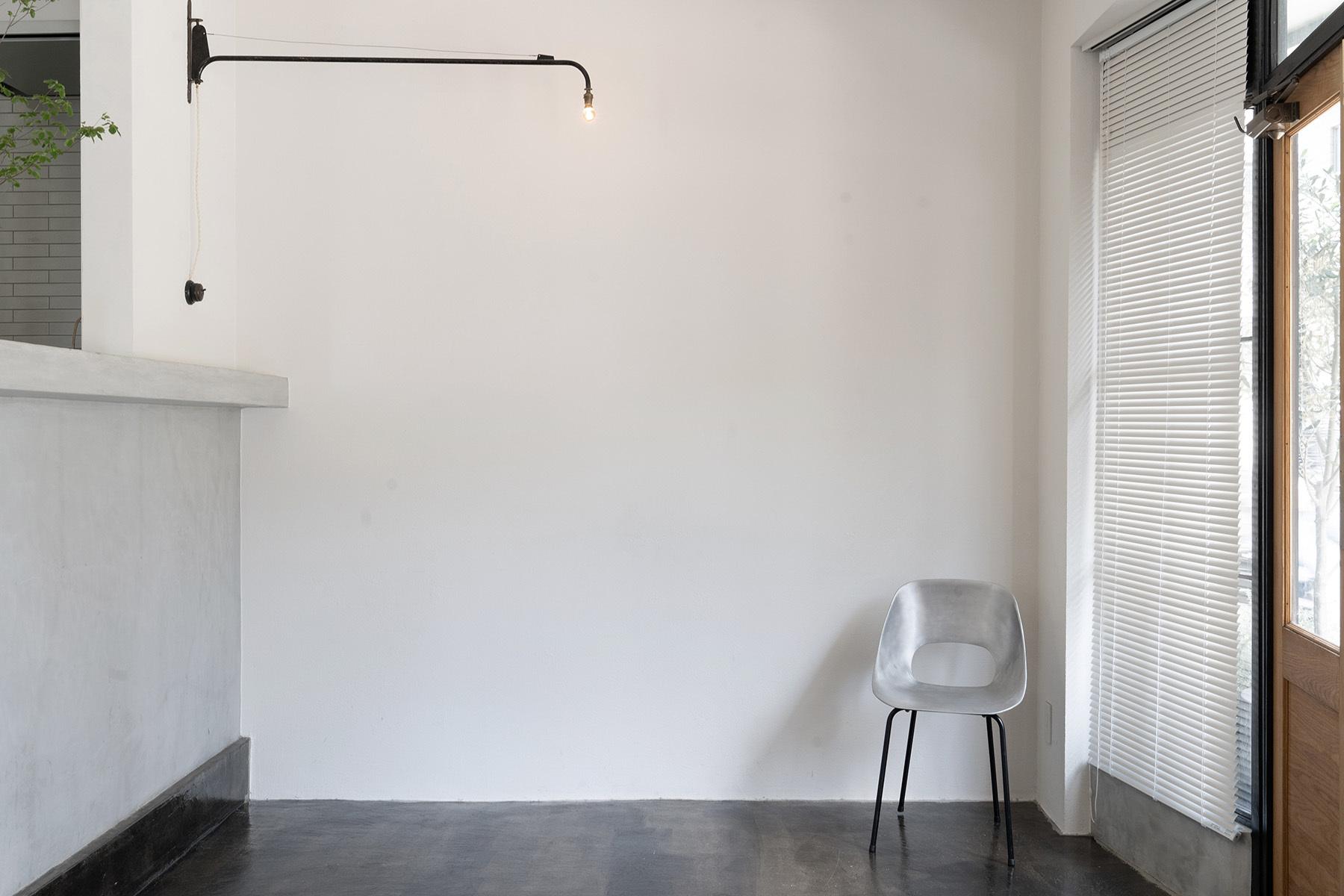 Laiton galleyspace & studio (レトン)什器を移動すると白壁