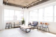 Studio Serato 水道橋 (スタジオセラート水道橋):大きな2面採光の窓で開放感