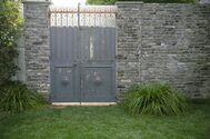 studio douz(ドゥーズ)目黒碑文谷:側道の白い石壁と石畳