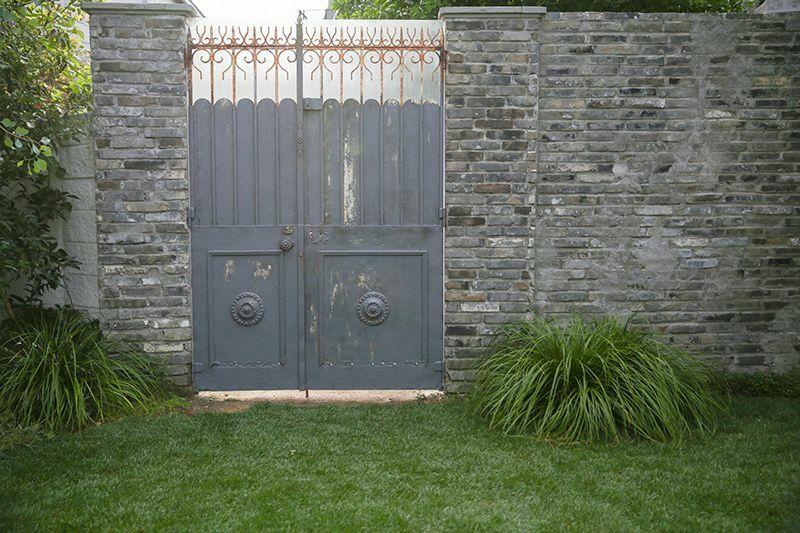 studio douz(ドゥーズ)目黒碑文谷側道の白い石壁と石畳