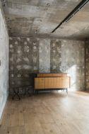 Studio YOKOSHIRO  (スタジオ ヨコシロ):コンクリート壁×フローリング