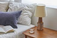 Haku Studio / SUNS:ベッドとサイドテーブル