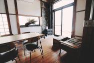 青い屋根の古民家スタジオ カマス邸:薪ストーブがワクワクを促進