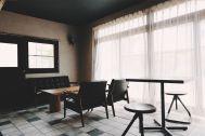 青い屋根の古民家スタジオ カマス邸:和室と隣接するカフェスペース