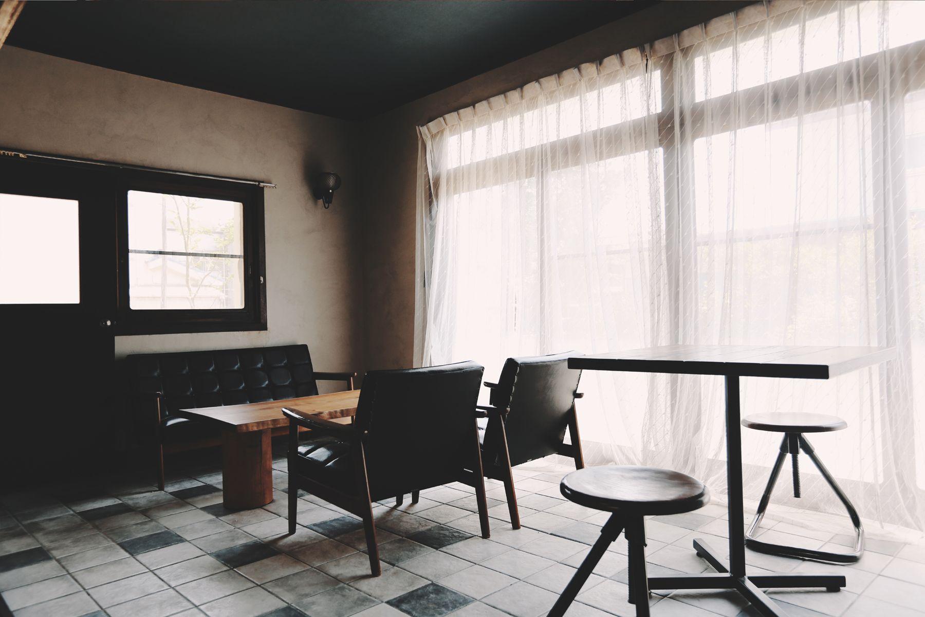 青い屋根の古民家スタジオ カマス邸和室と隣接するカフェスペース