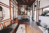 青い屋根の古民家スタジオ カマス邸:レトロモダンなリビング