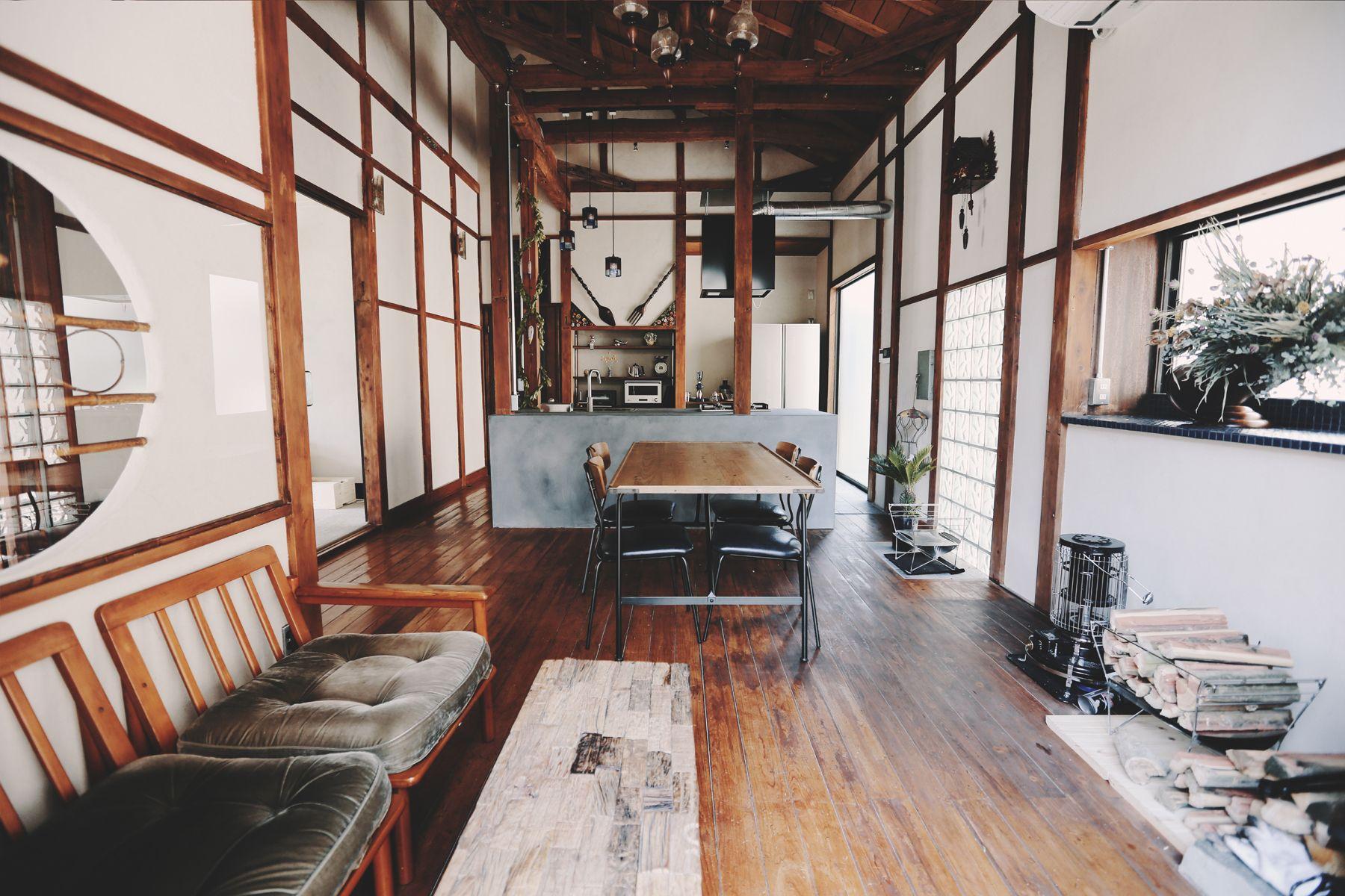 青い屋根の古民家スタジオ カマス邸レトロモダンなリビング
