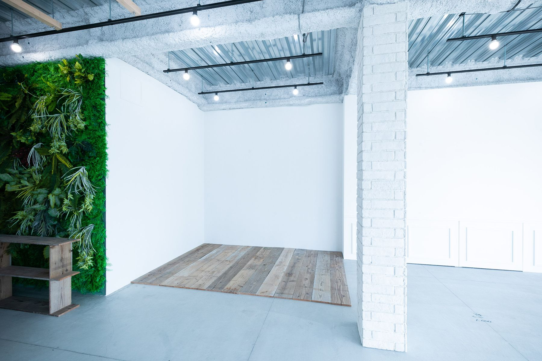 STUDIO FLYINGCAT (スタジオ フライングキャット)白壁エリアには自由に敷ける床板