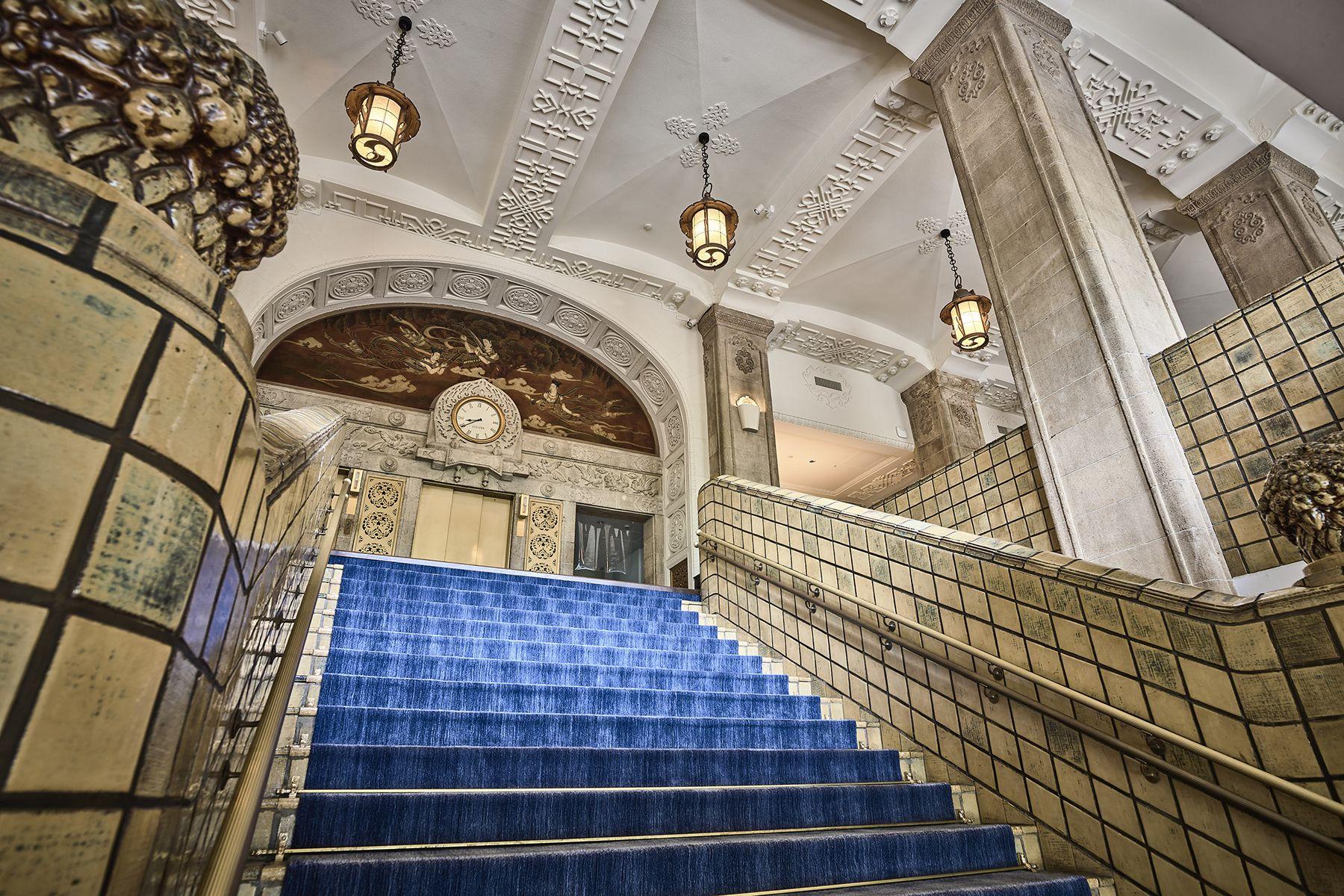 ホテルニューグランド/ マネジメントスペース大階段 下から