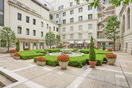 ホテルニューグランド/ マネジメントスペース:中庭 奥にカフェテラス