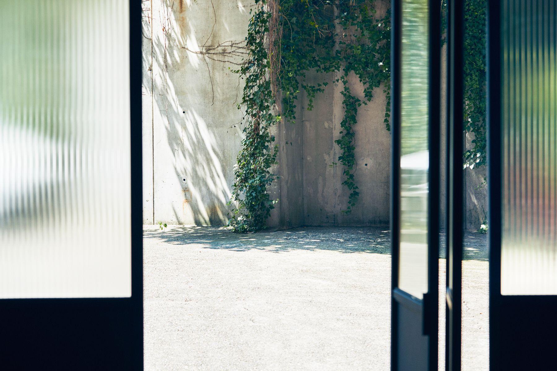 noru studio (ノル スタジオ)ガラス付きの扉を開けて中庭へ