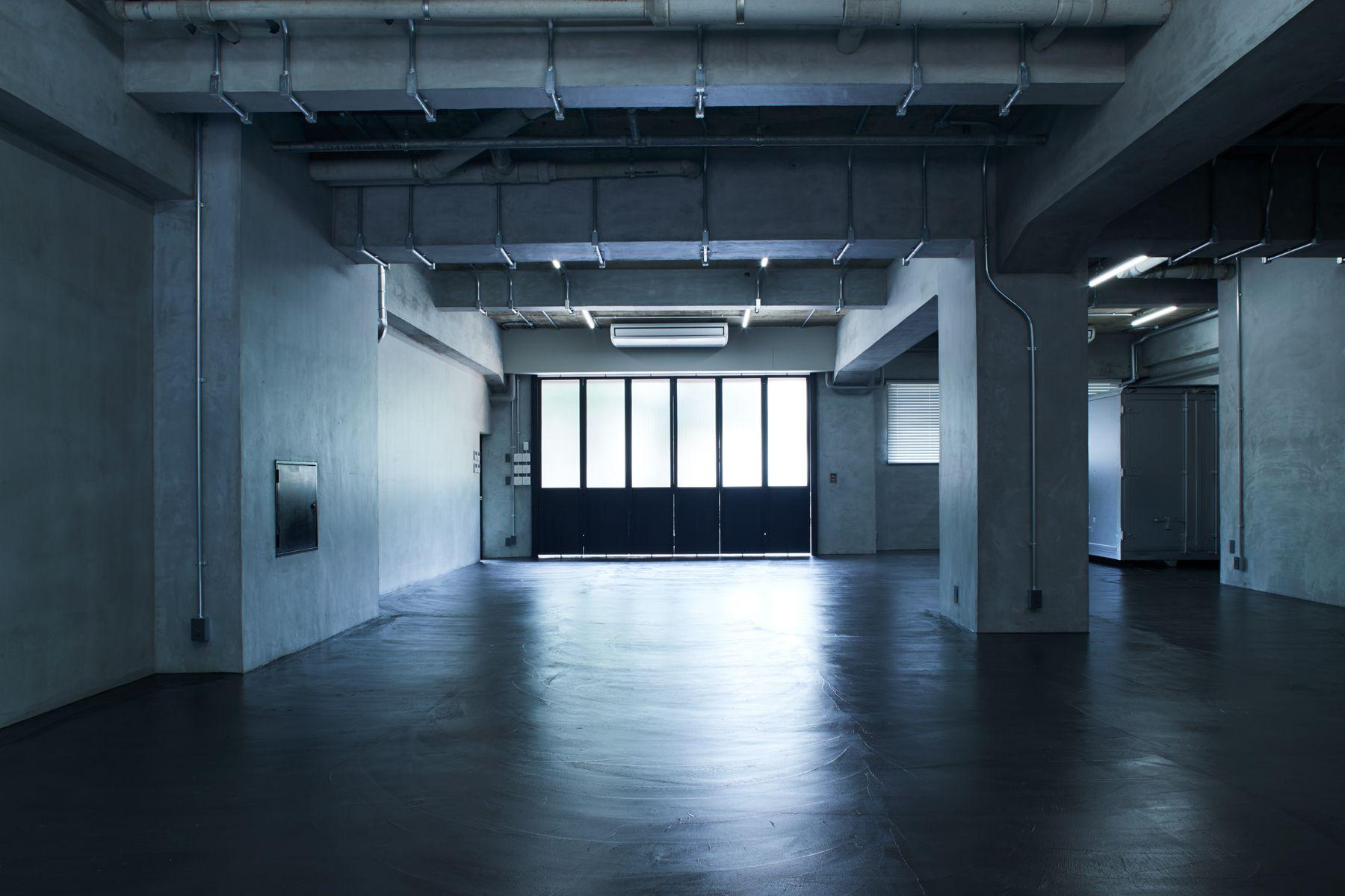 noru studio (ノル スタジオ)床は黒モルタルでシックな印象