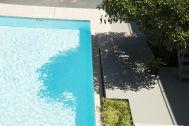 鴨川サーフィンハウス:プールと木陰