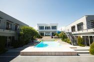 鴨川サーフィンハウス:コの字型建物+プール