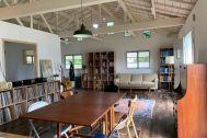 旧海岸第五スタジオ:小さな窓が天井近くにも