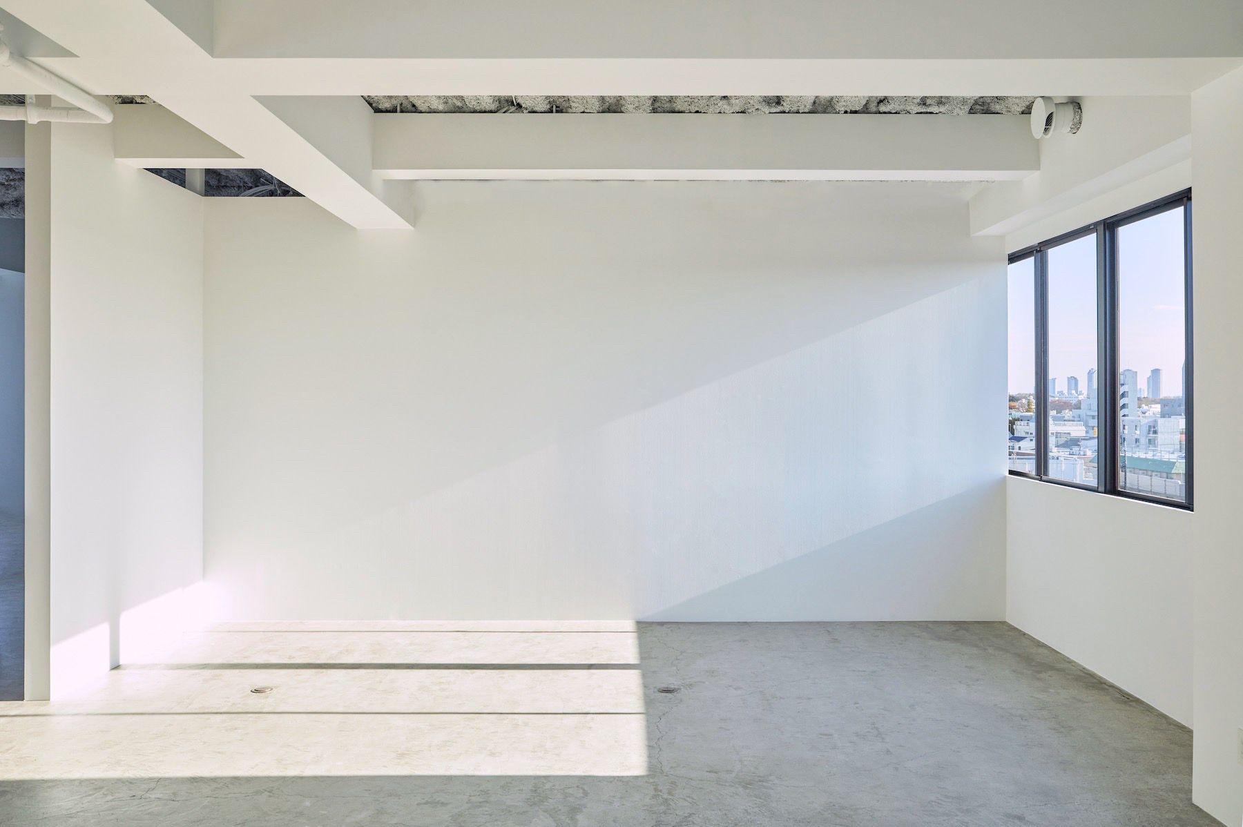 Inspiration studio (インスピレーションスタジオ)午後から夕方までは左の白壁