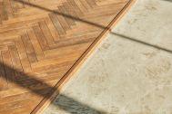 Inspiration studio (インスピレーションスタジオ):コンクリート床とヘリボーンの木床