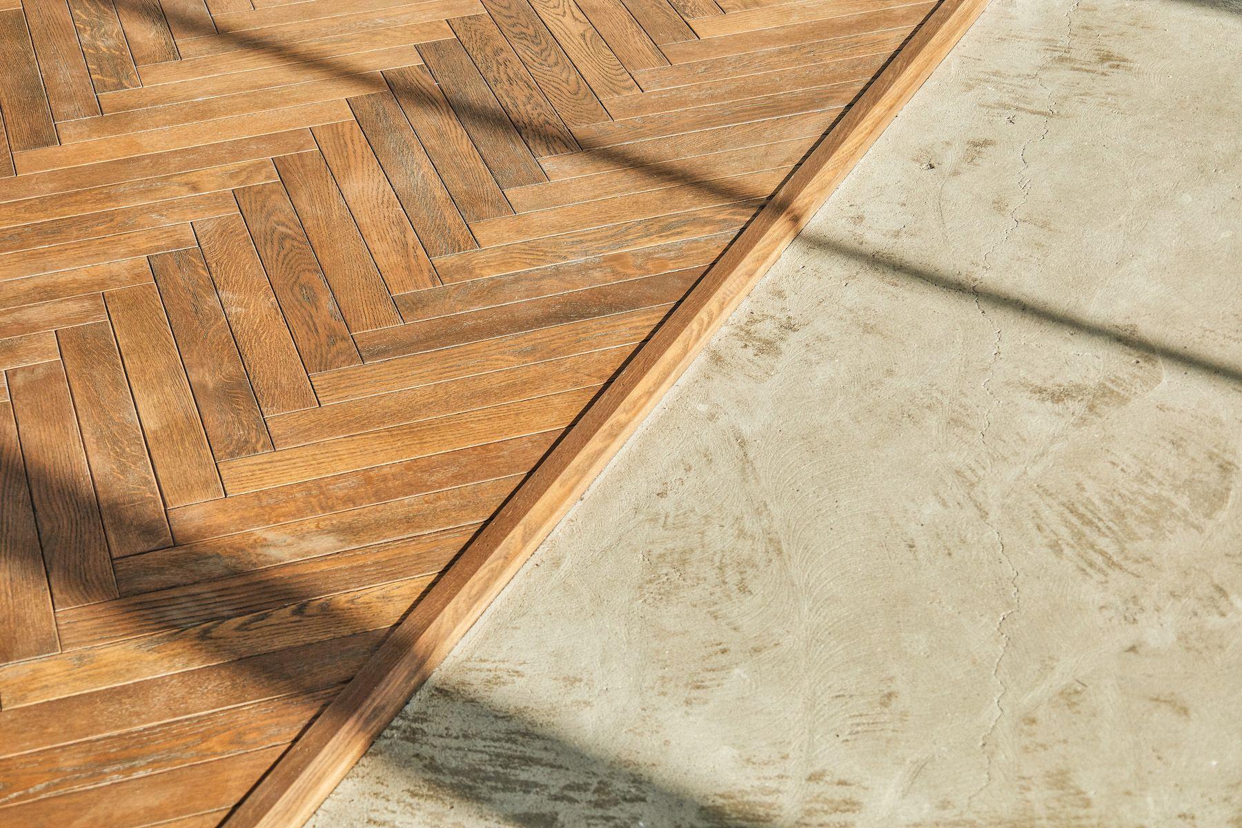 Inspiration studio (インスピレーションスタジオ)コンクリート床とヘリボーンの木床