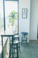 Inspiration studio (インスピレーションスタジオ):カフェカウンターとハイスツール