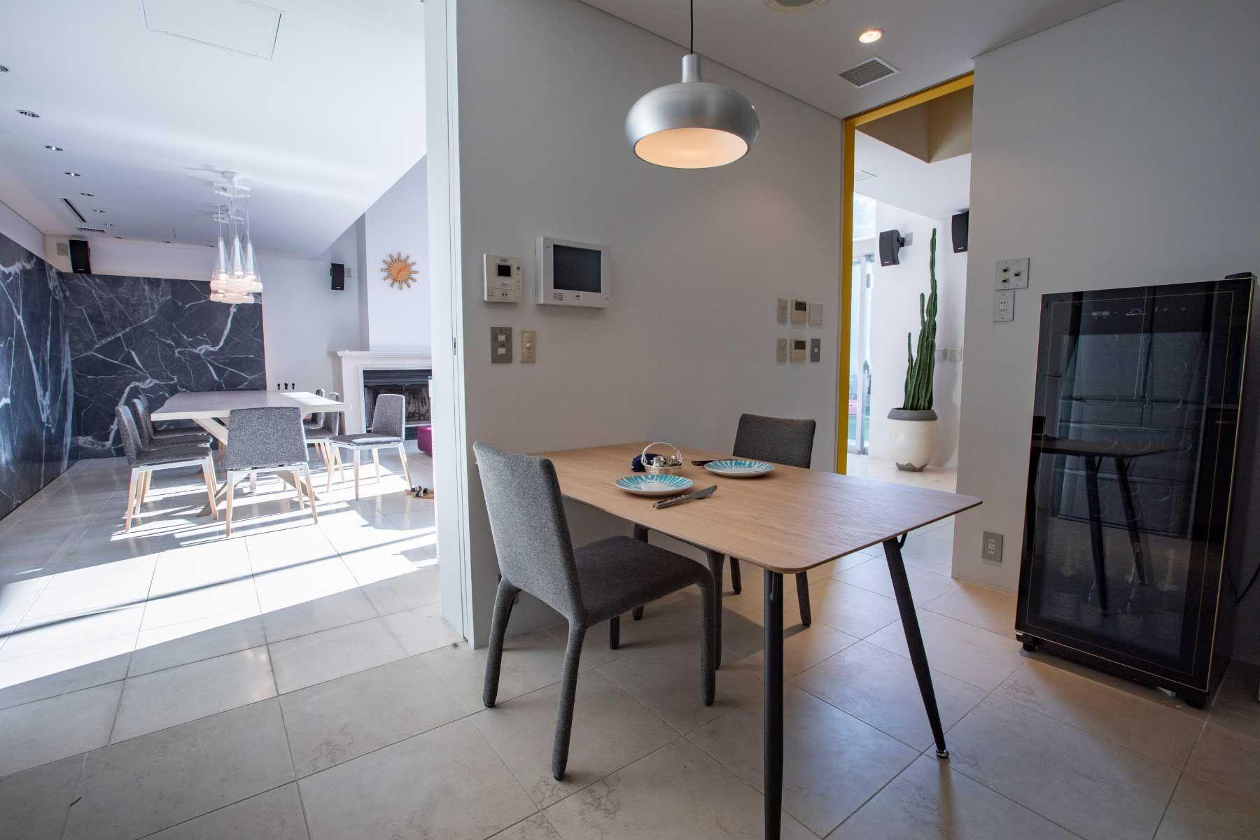 渋谷区西原ハウス /個人宅 (シブヤクニシハラハウス)キッチン脇のテーブル