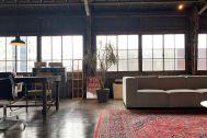 旧海岸第七スタジオ:窓を背景に