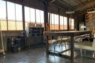 旧海岸第七スタジオ:窓の外は工場のトタン壁