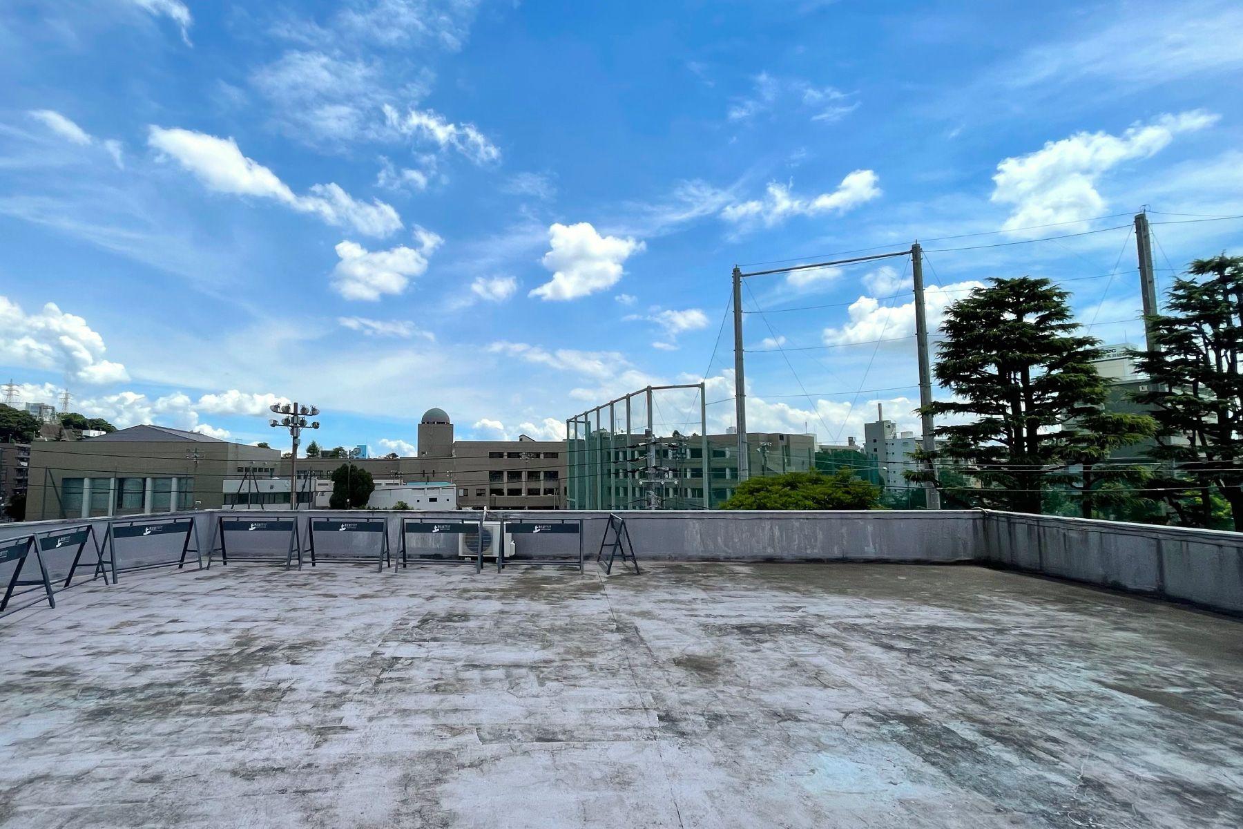 南太田ブランチ/シェアアトリエ屋上 抜けは学校のフェンス