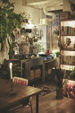 PLEASE GREEN(プリーズグリーン):壁紙が印象的な、メイクルームへ