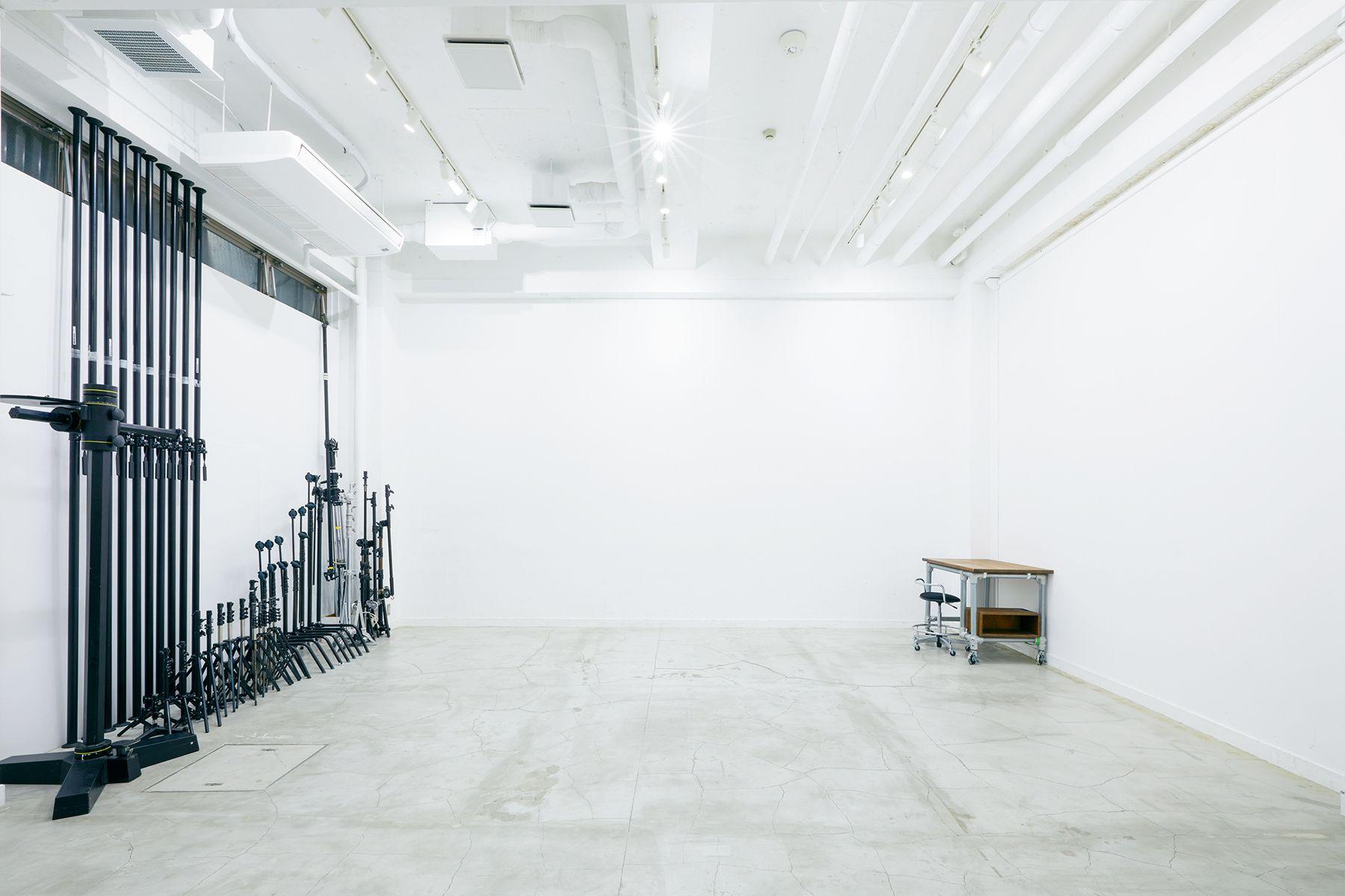 sinca studio 中野坂上 (シンカ スタジオ)モニター設置可能な机・椅子完備