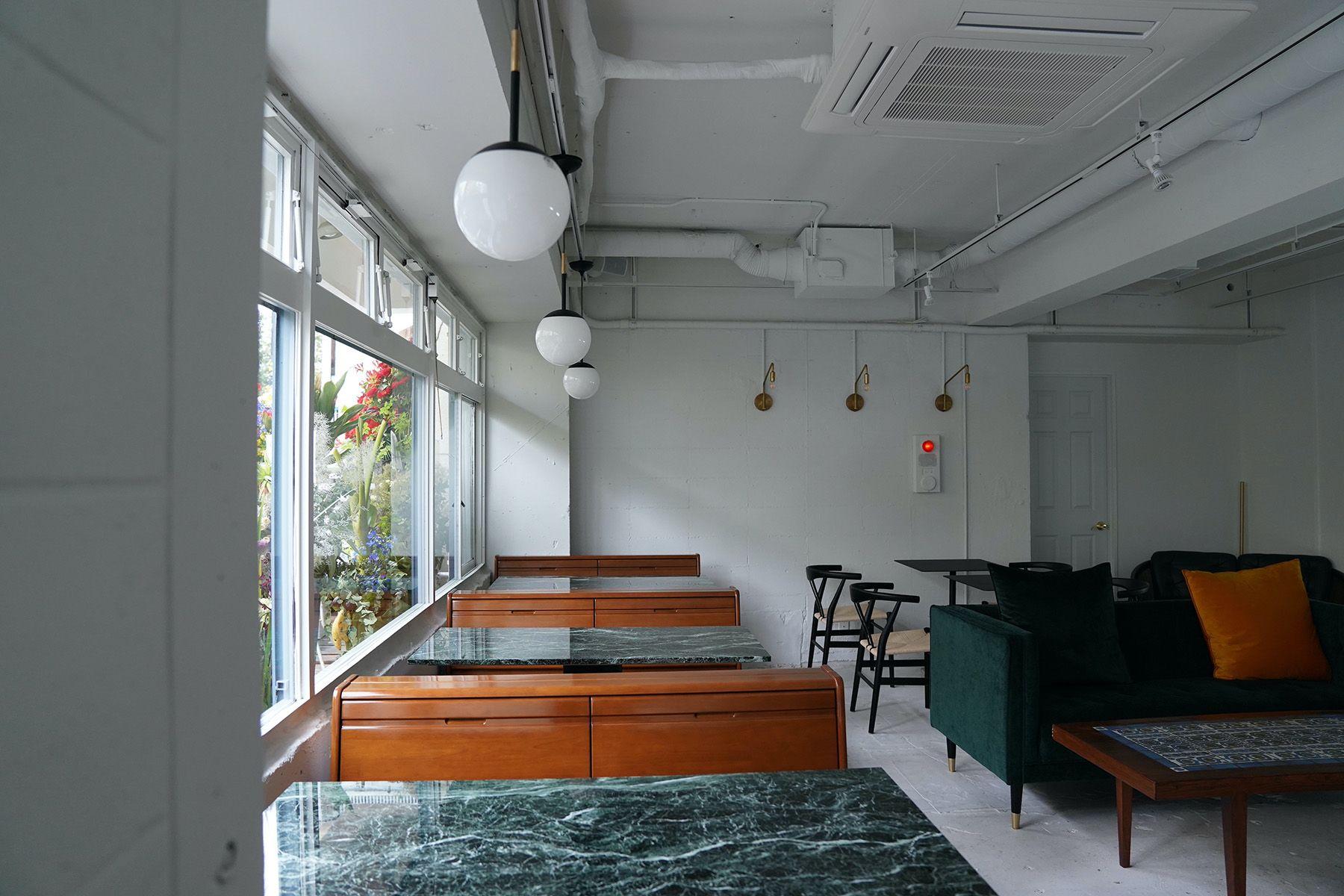 ANEA CAFÉ  松見坂/店舗 (アネアカフェ マツミザカ)テーブルは大理石の天板