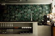 ANEA CAFÉ  松見坂/店舗 (アネアカフェ マツミザカ):グリーンタイルが映えるカウンター