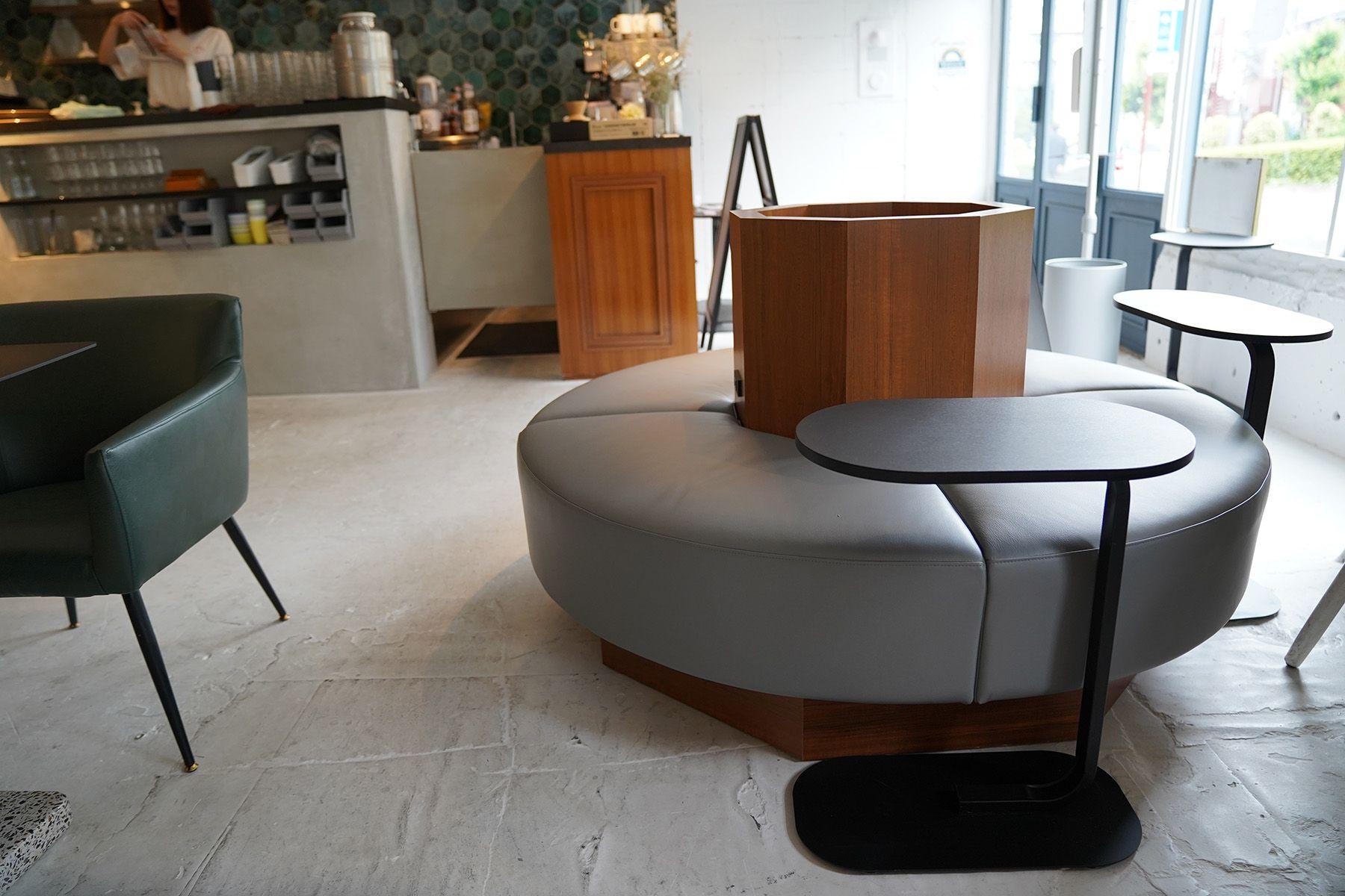 ANEA CAFÉ  松見坂/店舗 (アネアカフェ マツミザカ)ニュアンスカラーの円形ベンチ