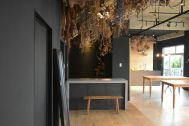zero two THREE/アトリエ (ゼロ トゥー スリー):廊下の黒壁と室内