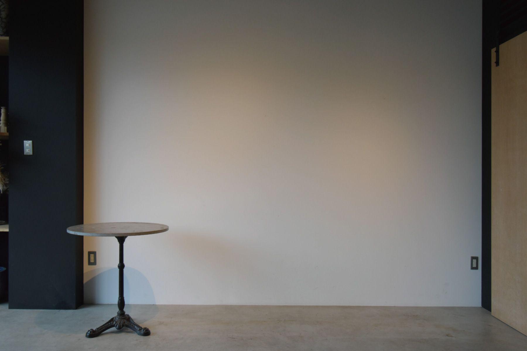 zero two THREE/アトリエ (ゼロ トゥー スリー)白壁とモルタル床