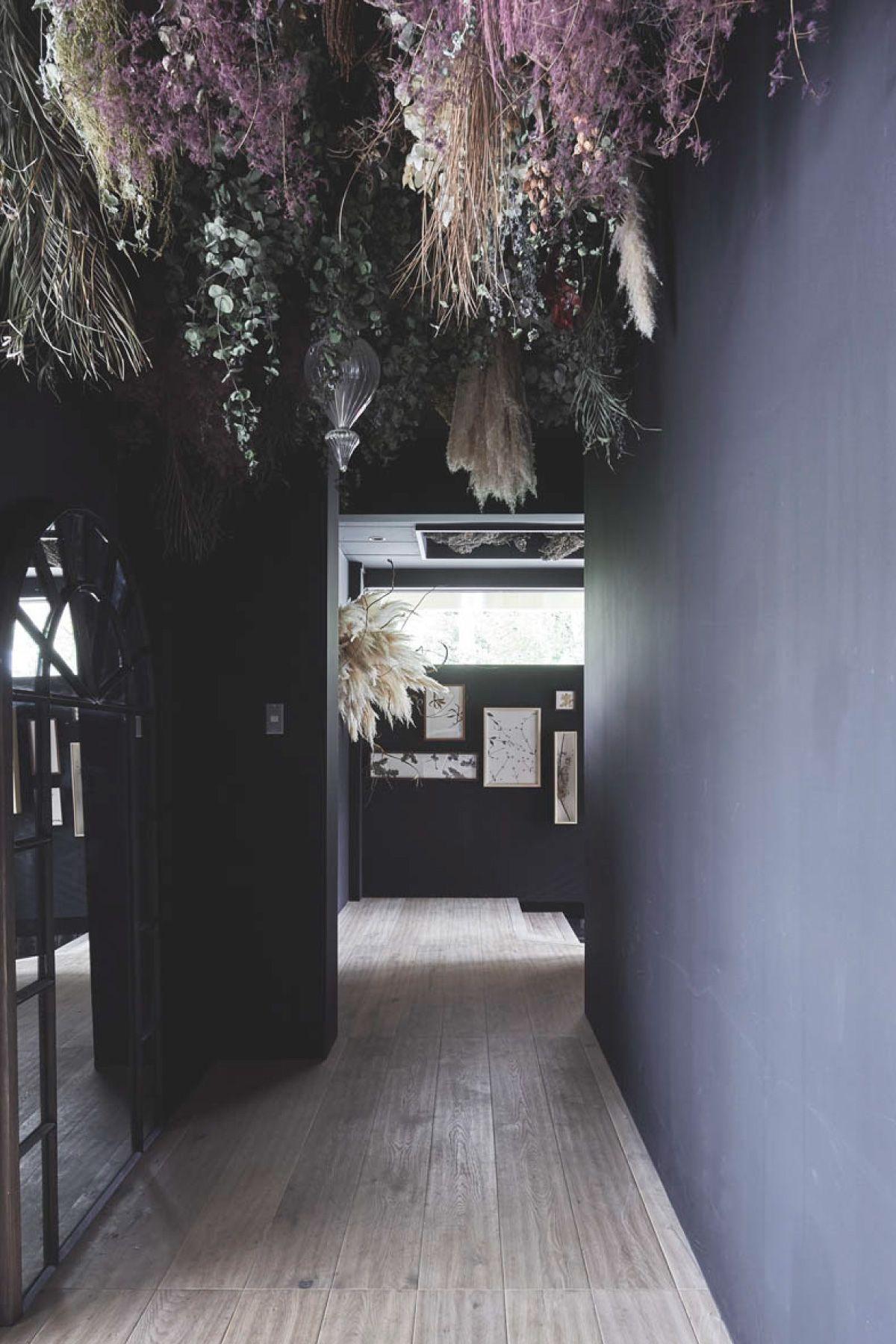 zero two THREE/アトリエ (ゼロ トゥー スリー)黒い壁の廊下