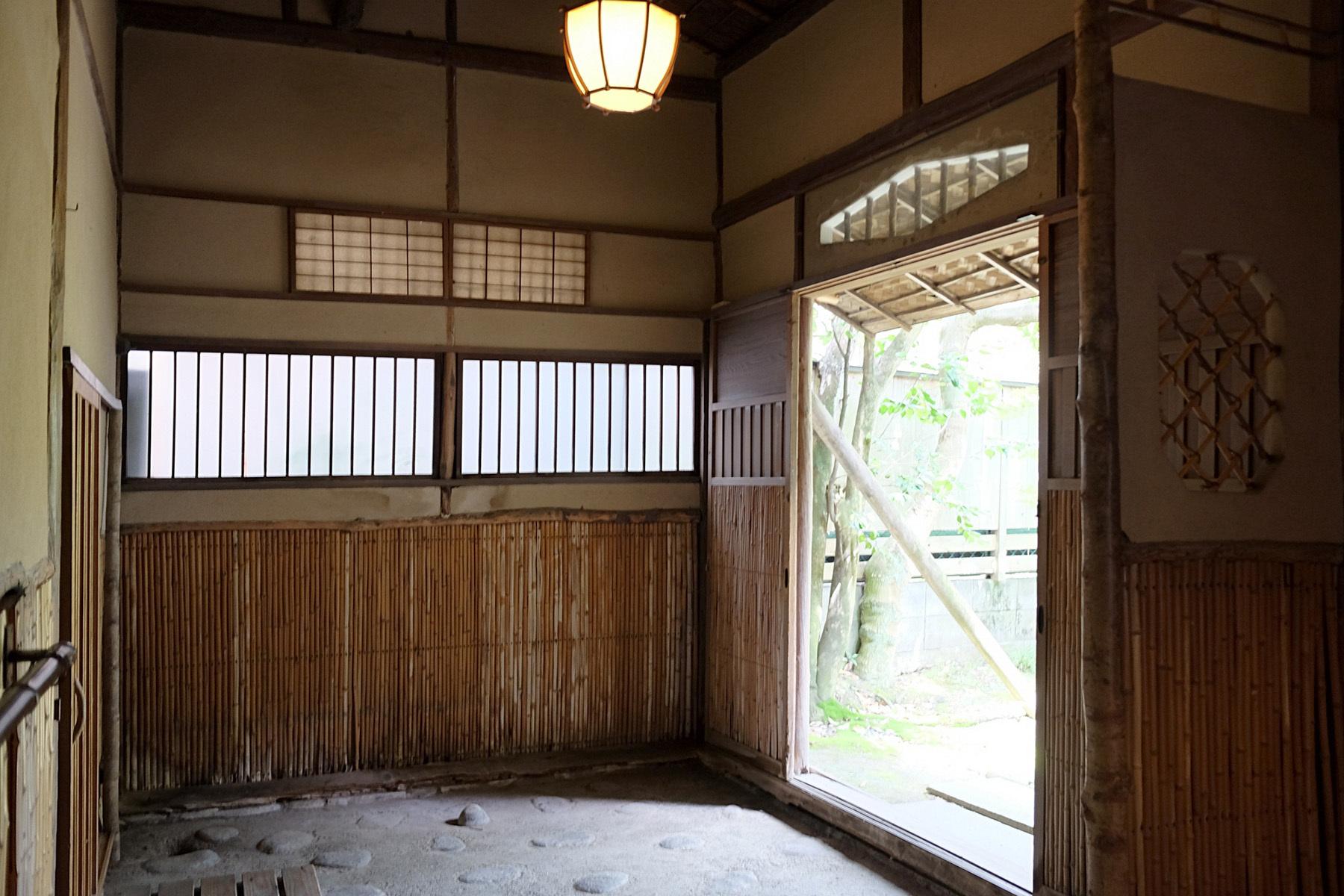 雪ノ下の茶亭玄関からアプローチ側